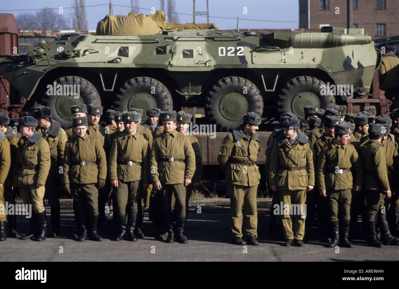 Soviet Armed Forces / Soviet Army (1946-1991) - Page 5 Russian-soldiers-stand-in-front-of-armoured-vehicles-on-a-train-during-AREWHH