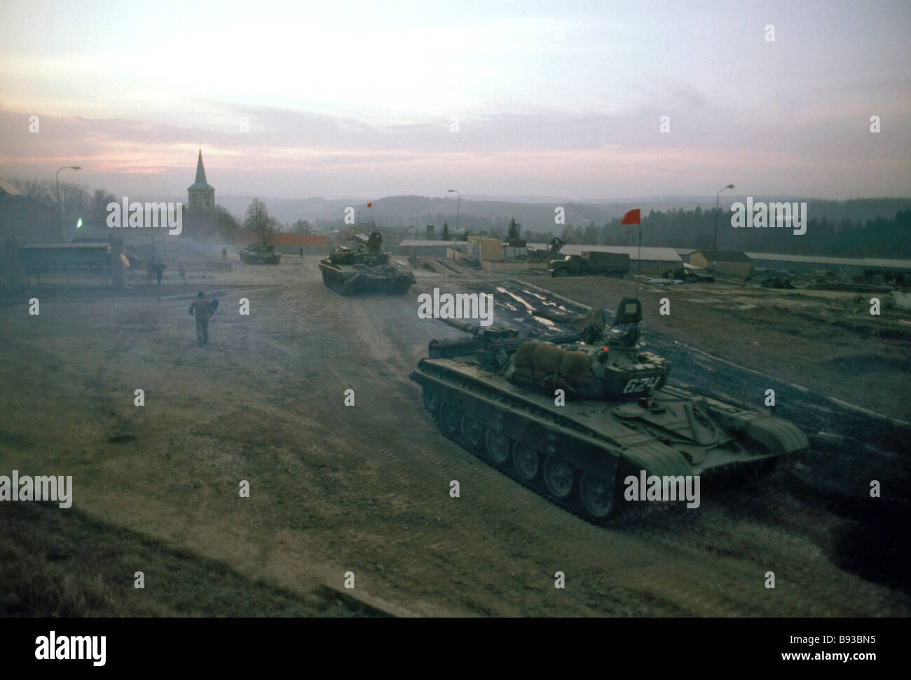 Soviet Armed Forces / Soviet Army (1946-1991) - Page 5 Withdrawing-soviet-troops-from-czechoslovakia-tanks-leave-libava-where-B93BN5