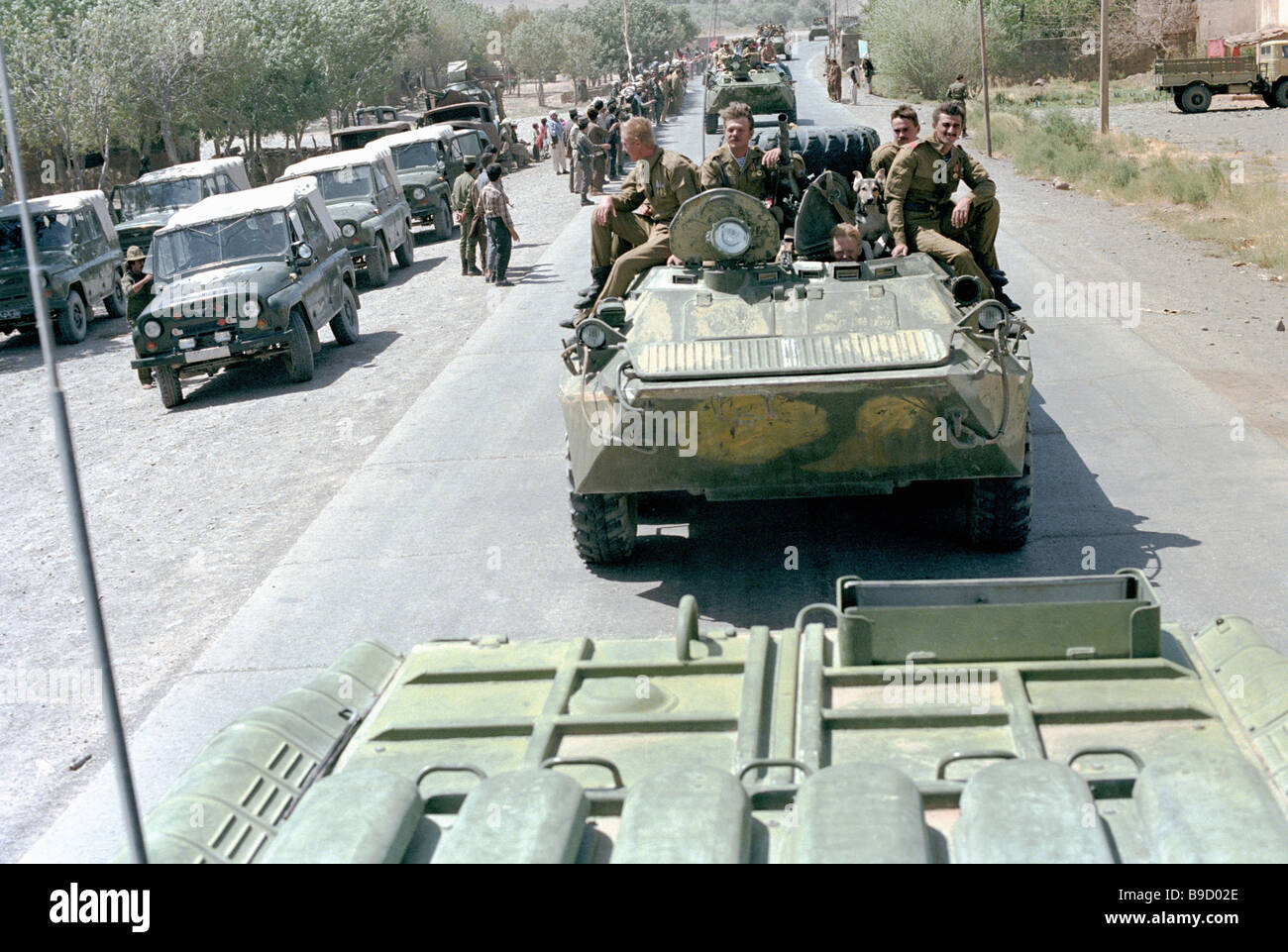 Soviet Afghanistan war - Page 6 A-column-of-armored-personnel-carriers-leaves-kabul-withdrawal-of-B9D02E