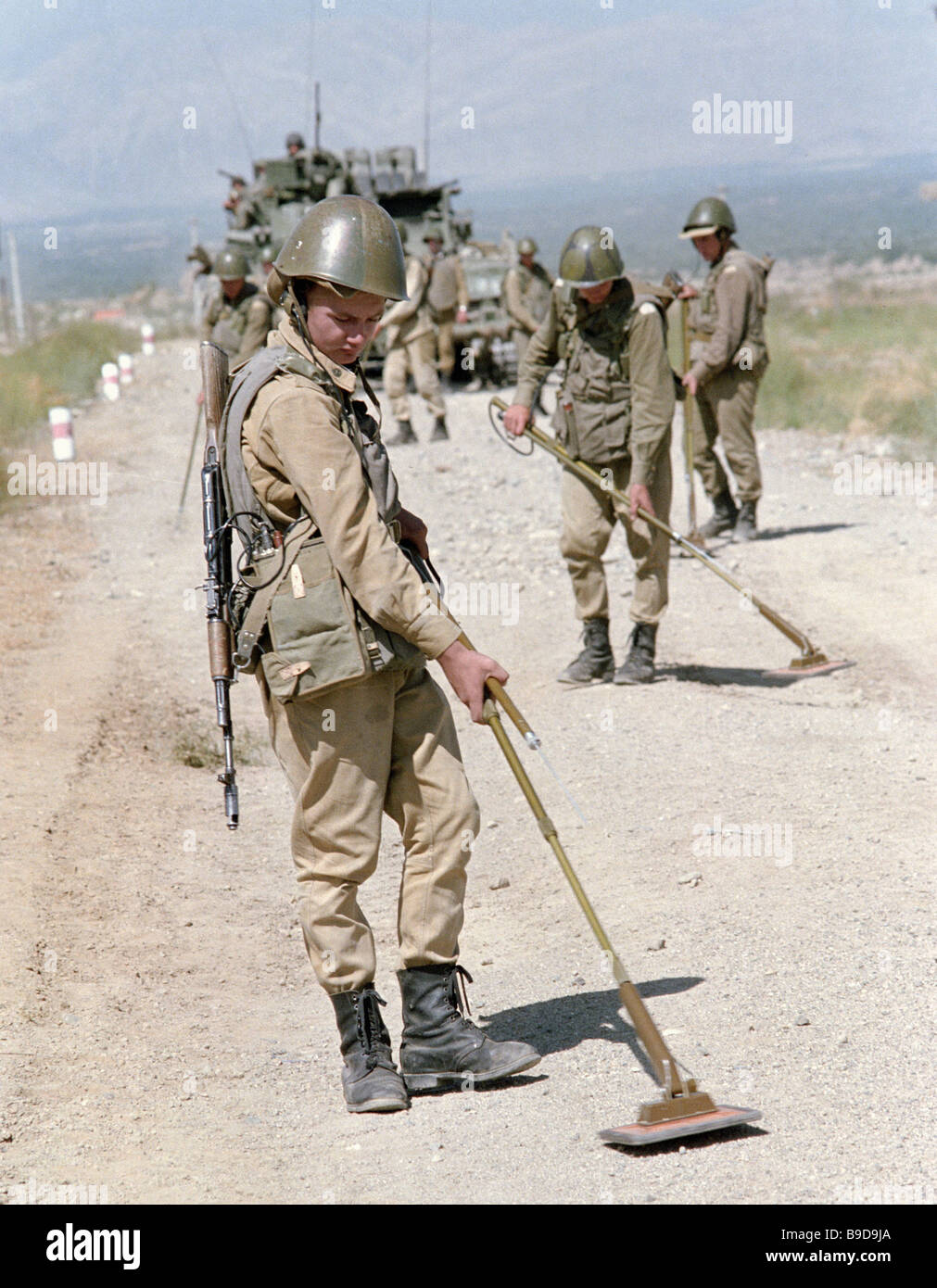 Soviet Afghanistan war - Page 6 Soviet-soldiers-search-for-landmines-on-a-road-in-afghanistan-B9D9JA