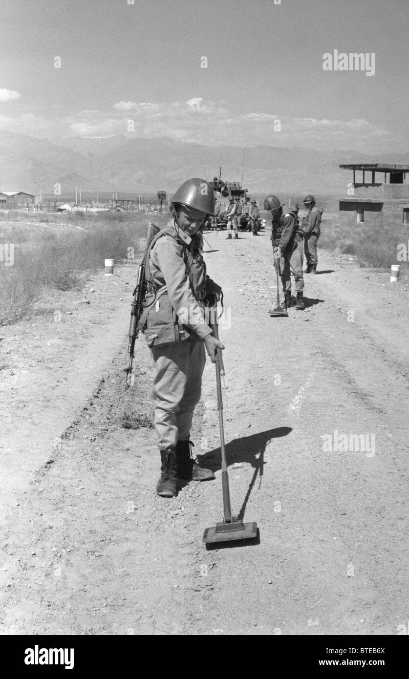 Soviet Afghanistan war - Page 6 Soviet-sapper-sergei-saprykin-disarms-mines-in-afghanistan-1988-BTEB6X