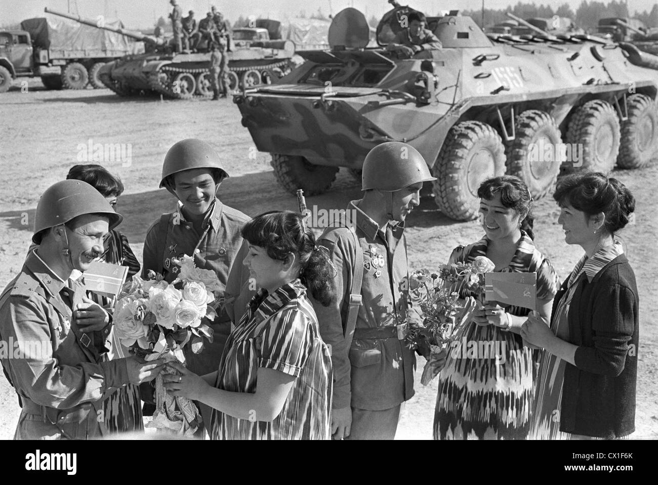 Soviet Afghanistan war - Page 6 Uzbek-ssr-termez-people-give-a-warm-welcome-to-soviet-soldiers-returning-CX1F6K