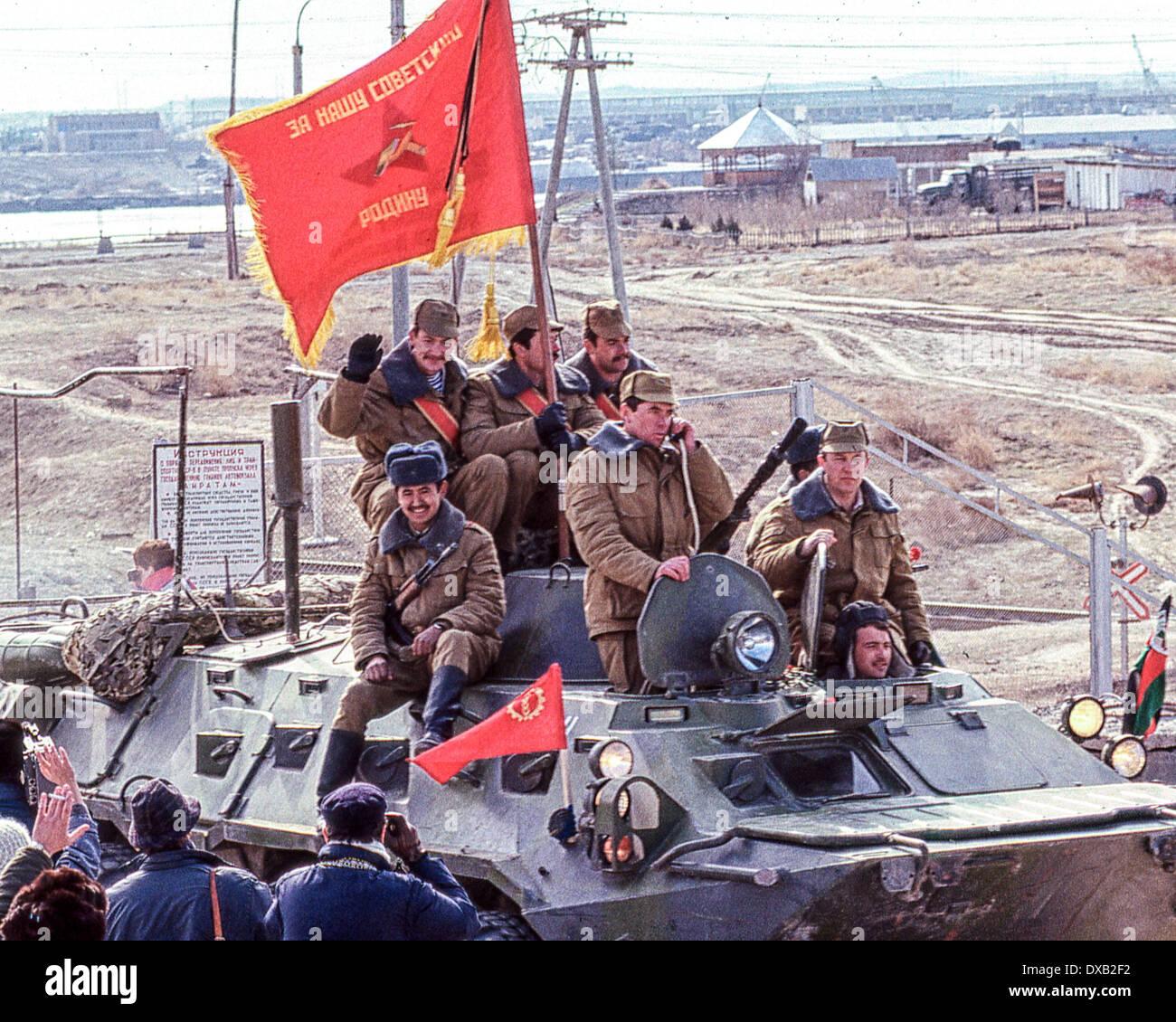 Soviet Afghanistan war - Page 6 Feb-17-1989-termez-uzbekistan-ru-a-soviet-btr-armored-personnel-carrier-DXB2F2