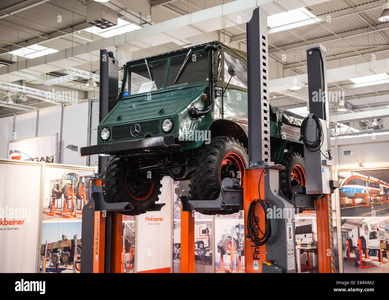 Restauration d'un 411 ça recommence - Page 14 Historic-mercedes-benz-unimog-typ-u-411-at-the-65th-iaa-commercial-E84NM2