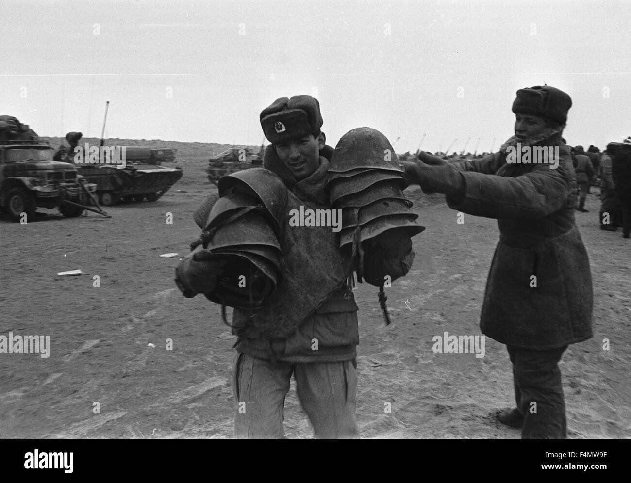 Soviet Afghanistan war - Page 6 Ussr-termez-withdrawal-of-soviet-forces-from-afghanistan-soldiers-F4MW9F