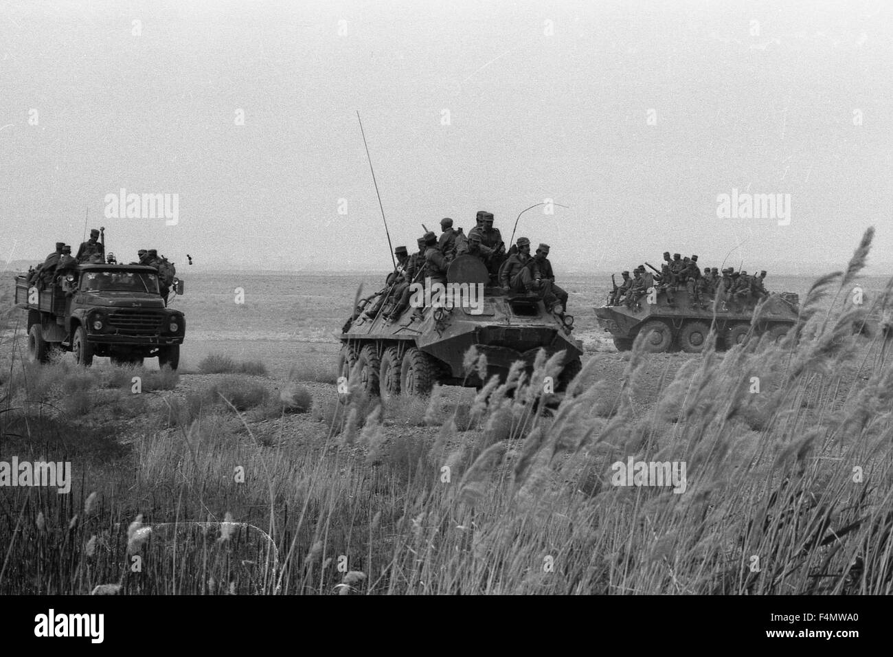 Soviet Afghanistan war - Page 6 Afghanistan-the-soviet-military-technics-on-road-to-kandahar-F4MWA0