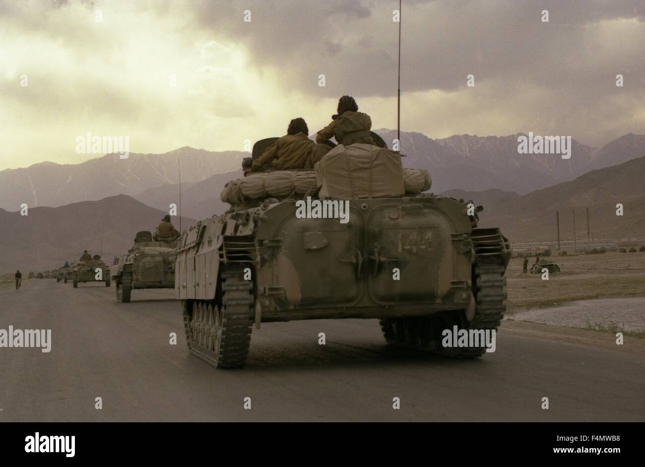 Soviet Afghanistan war - Page 6 Afghanistan-the-soviet-military-technics-on-road-to-kandahar-F4MWB8