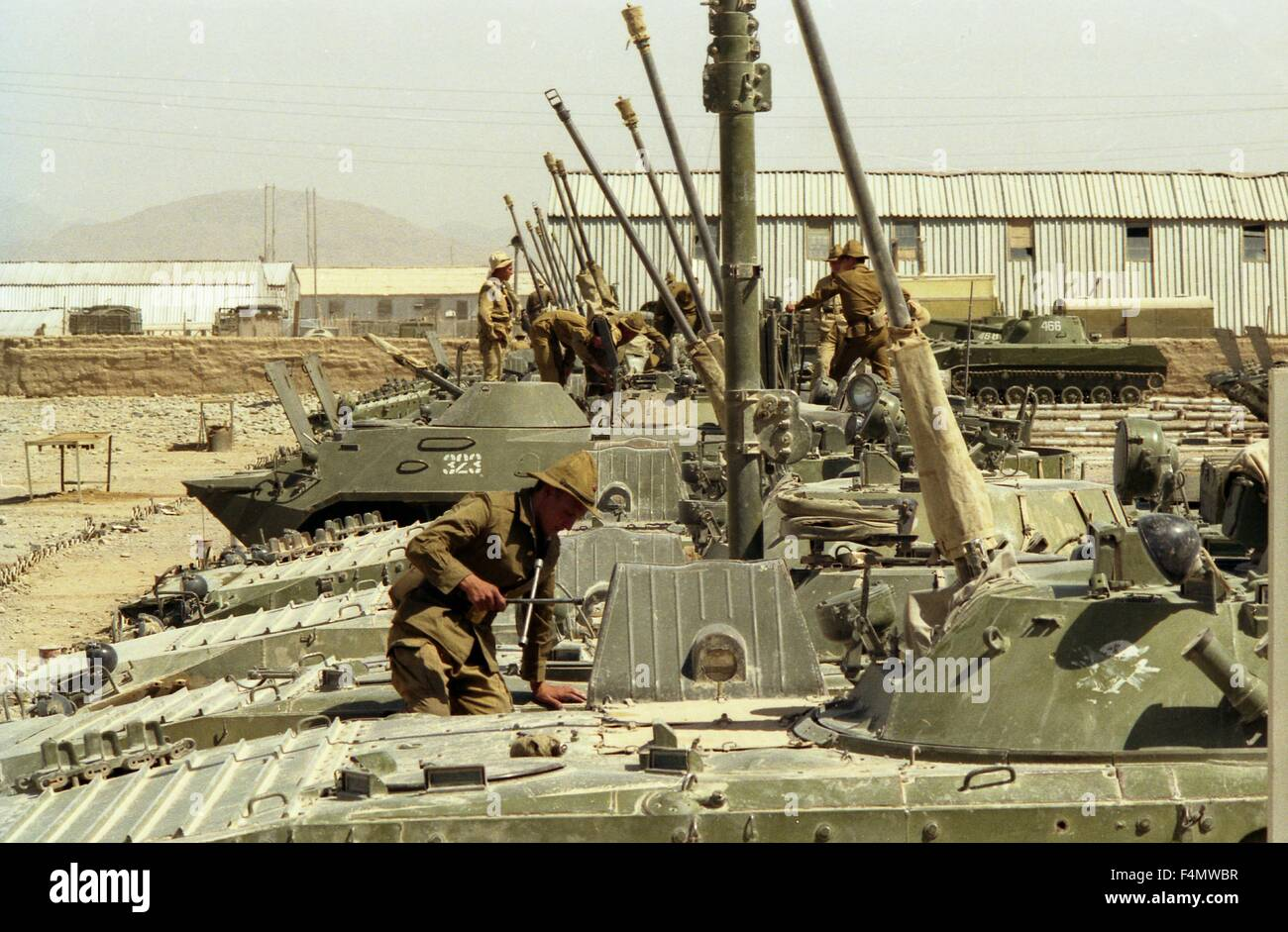 Soviet Afghanistan war - Page 6 Afghanistan-the-soviet-soldiers-repair-military-technics-F4MWBR
