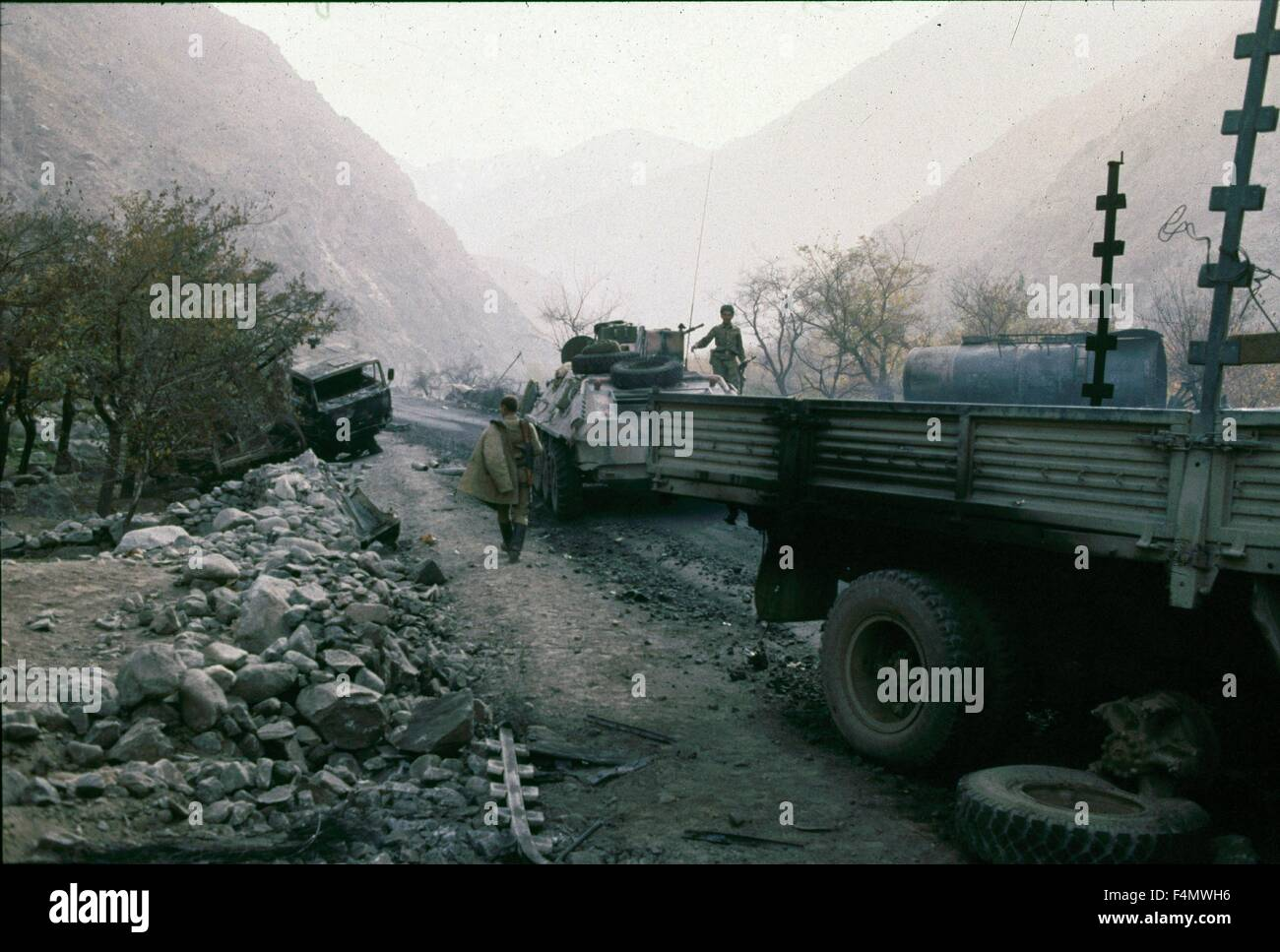 Soviet Afghanistan war - Page 6 Afghanistan-crossing-the-salang-tunnel-F4MWH6