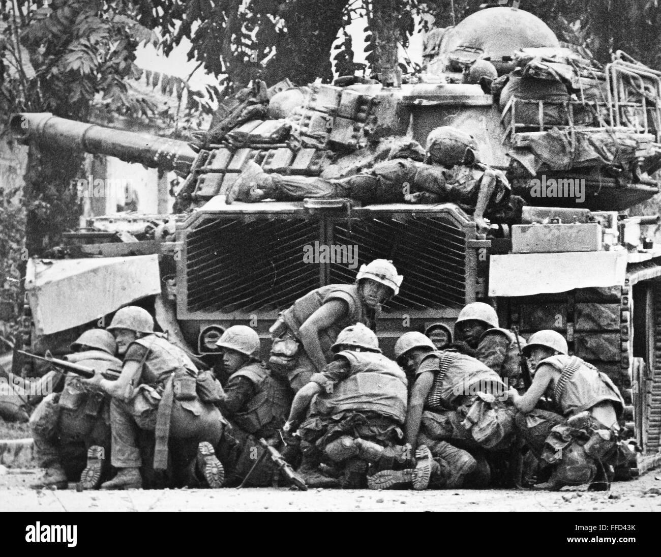 Vietnam War 1954-1975 Vietnam-war-tet-offensive-nus-marines-take-cover-from-sniper-fire-FFD43K