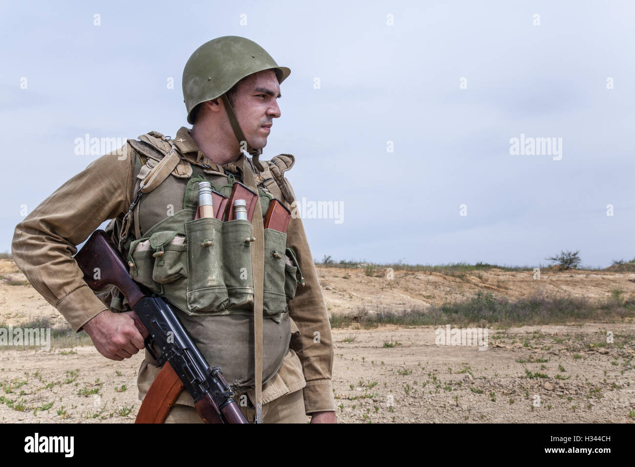 Soviet Afghanistan war - Page 6 Soviet-paratrooper-in-afghanistan-H344CH