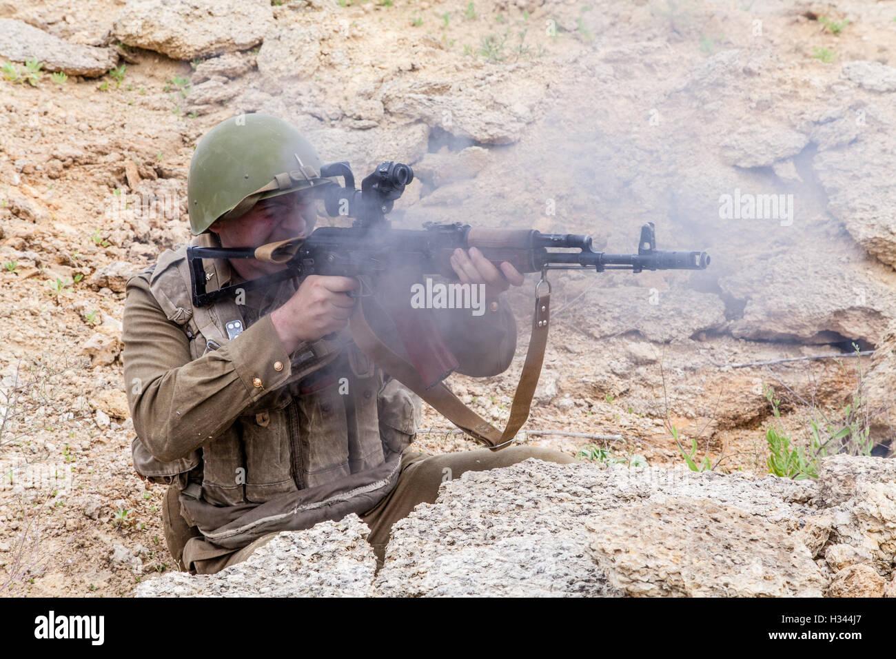 Soviet Afghanistan war - Page 6 Soviet-paratrooper-in-afghanistan-H344J7