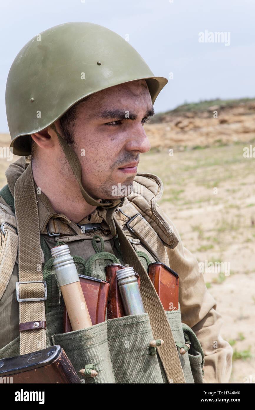 Soviet Afghanistan war - Page 6 Soviet-paratrooper-in-afghanistan-H344M0