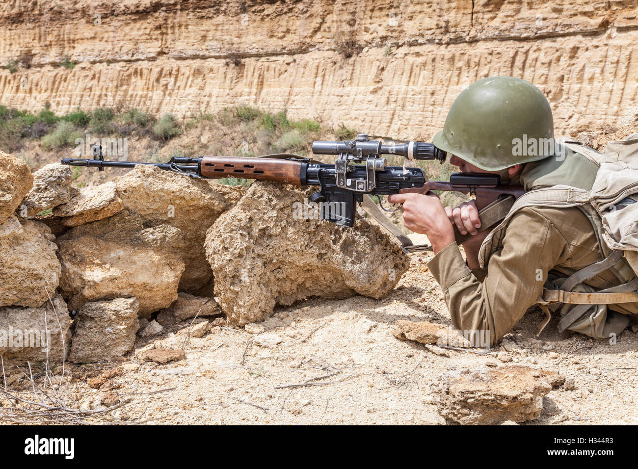 Soviet Afghanistan war - Page 6 Soviet-paratrooper-in-afghanistan-H344R3