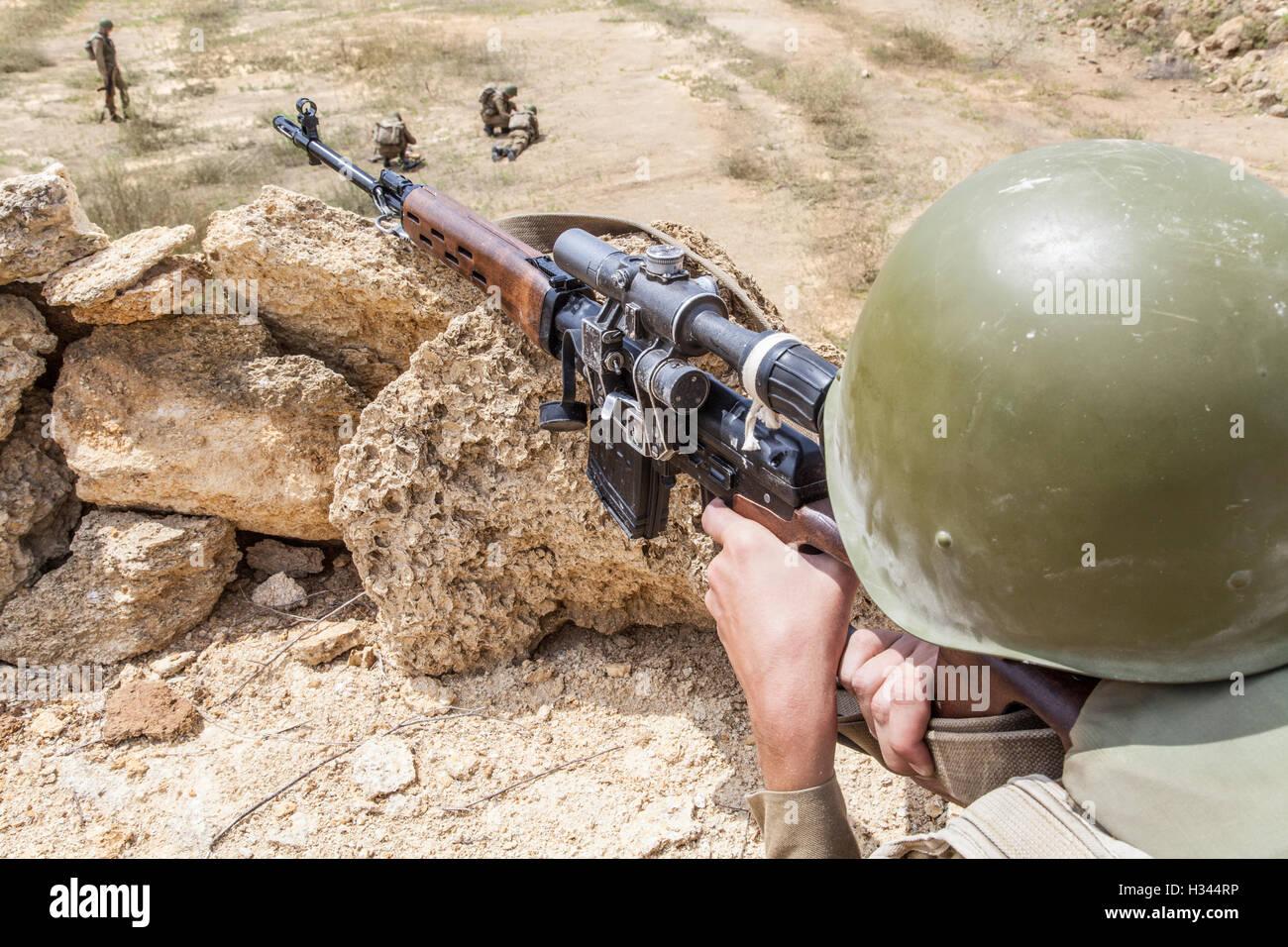 Soviet Afghanistan war - Page 6 Soviet-paratrooper-in-afghanistan-H344RP