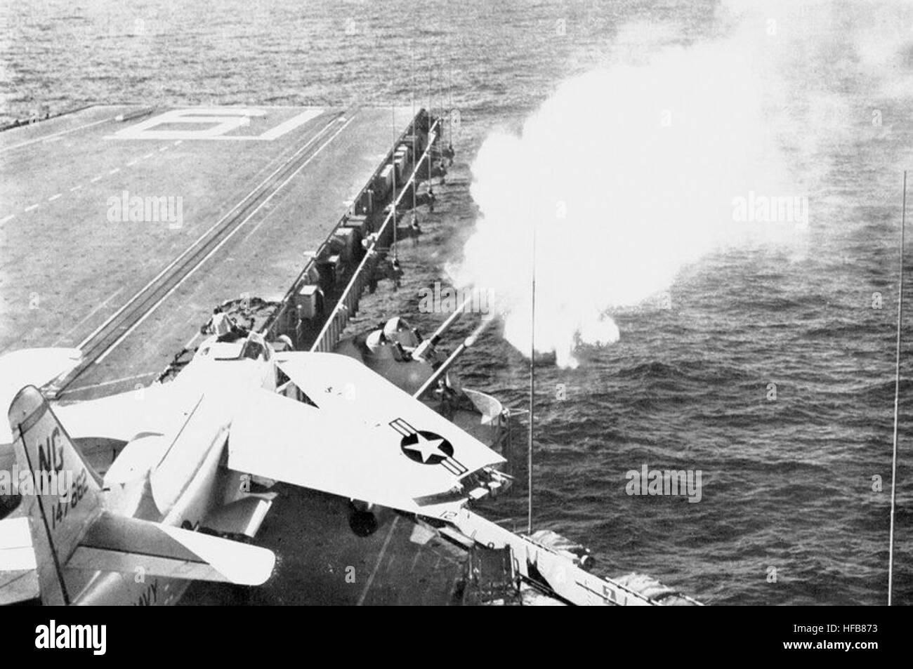 Porte-avions US - Page 10 127-mm-guns-aboard-uss-ranger-cva-61-firing-c1961-HFB873