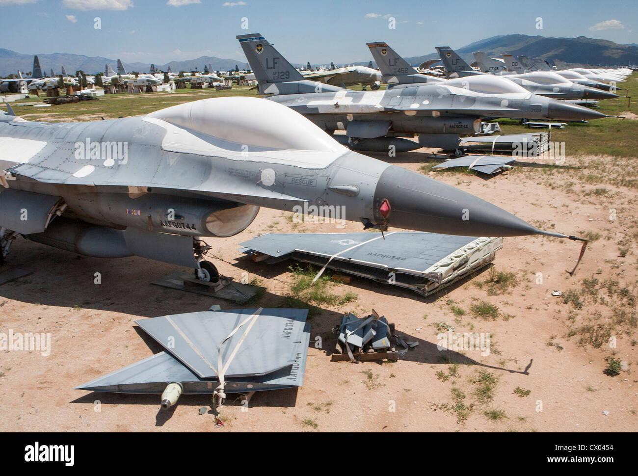 Northrop F-5E/F caza supersónico mexicano parte II - Página 4 F-16-fighting-falcon-aircraft-in-storage-at-the-309th-aerospace-maintenance-CX0454