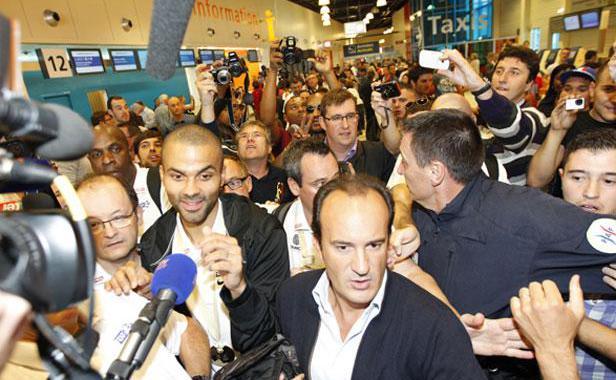 Discussion sur l' Etoile de TF1 du 22 juin 2014 - Page 2 Tony-parker-a-arrivee-a-roissy-23-septembre-2013-1413851-616x380