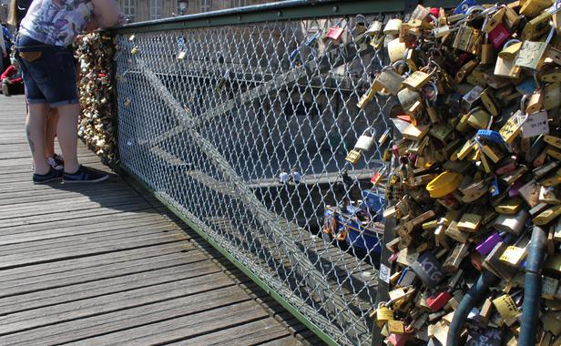 Ponts à cadenas - Page 2 Balustrade-remplacee-jeudi-10-avril-2014-pont-arts-paris-1556833-616x380