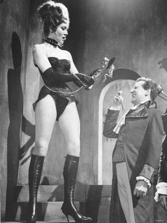[Arte] Comment s'habiller en ZEP ? - Page 3 Diana-rigg-actress-and-patrick-macnee-actor-in-the-tv-series-the-avengers