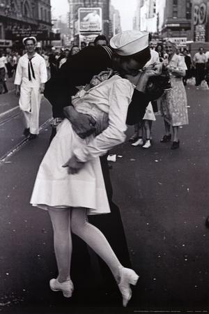Foto bardh e zi! - Faqe 2 Kissing-on-vj-day