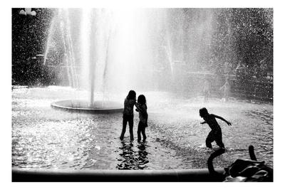 Foto bardh e zi! - Faqe 2 Evan-morris-cohen-fountain-play