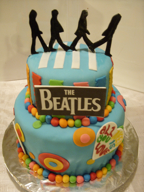 Feliz Cumpleaños mi Urraca Espacial 2-tier-beatles-music-theme-customised-cakes-cupcakes-mumbai-buy-online-28