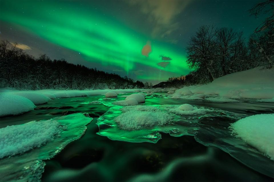 Роскошные пейзажи Норвегии 15aurora-shines-over-river-norway