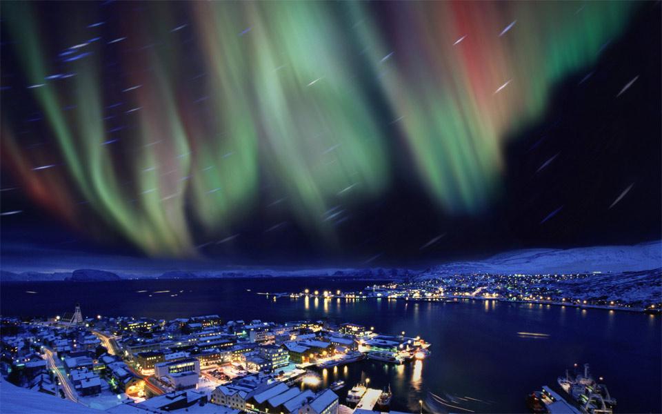 Роскошные пейзажи Норвегии 16aurora-borealis-in-the-skies-over-hammerfest-norway