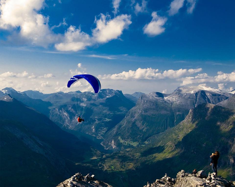 Роскошные пейзажи Норвегии - Страница 2 25look-your-daddy-is-paragliding