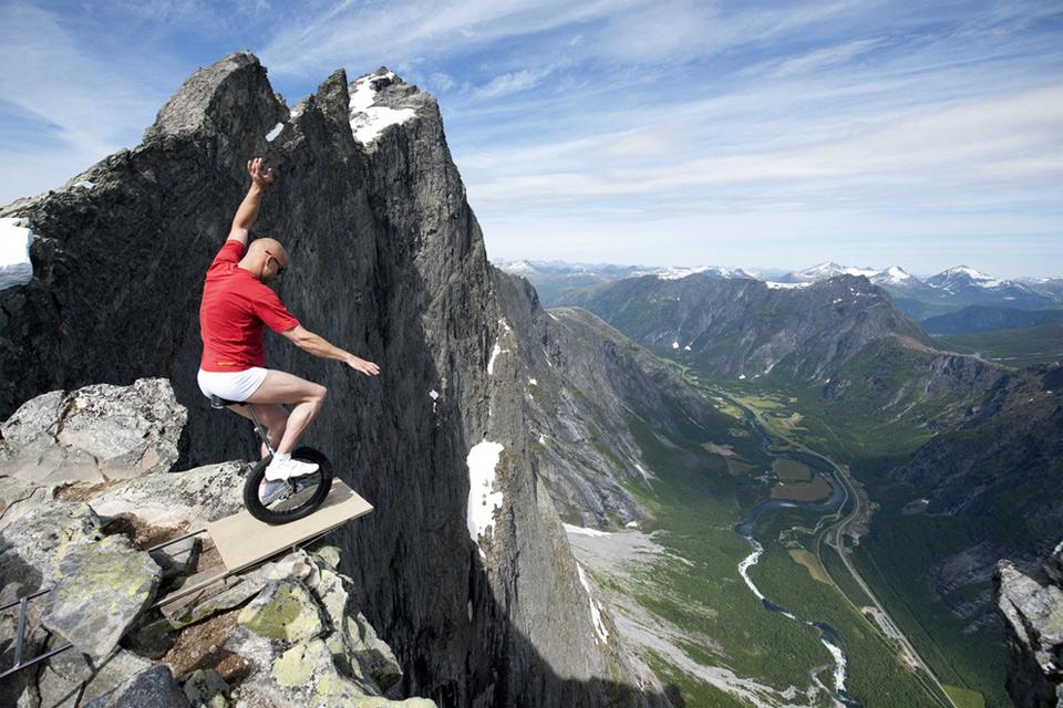 Роскошные пейзажи Норвегии 5balancing-on-the-edge-of-1000ft-cliff-in-norway
