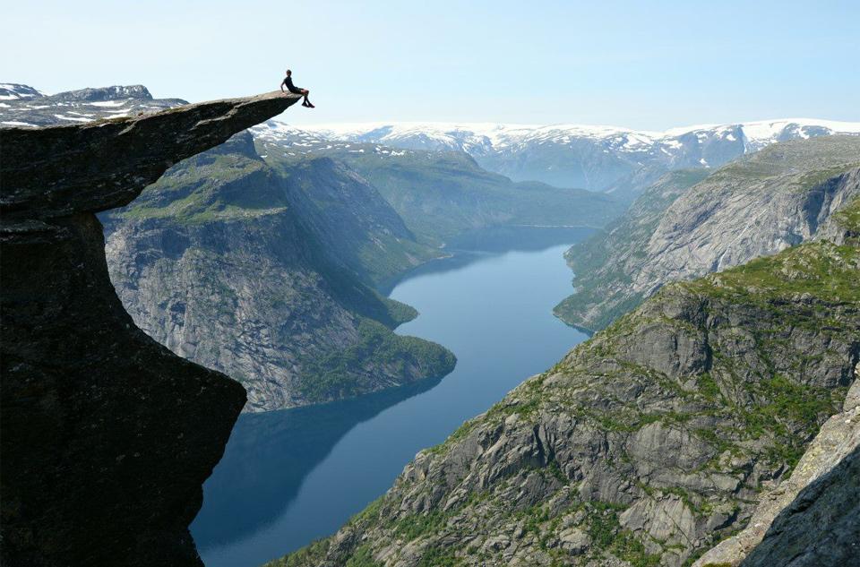 Роскошные пейзажи Норвегии 6sitting-on-the-edge-of-trolltunga_-norway