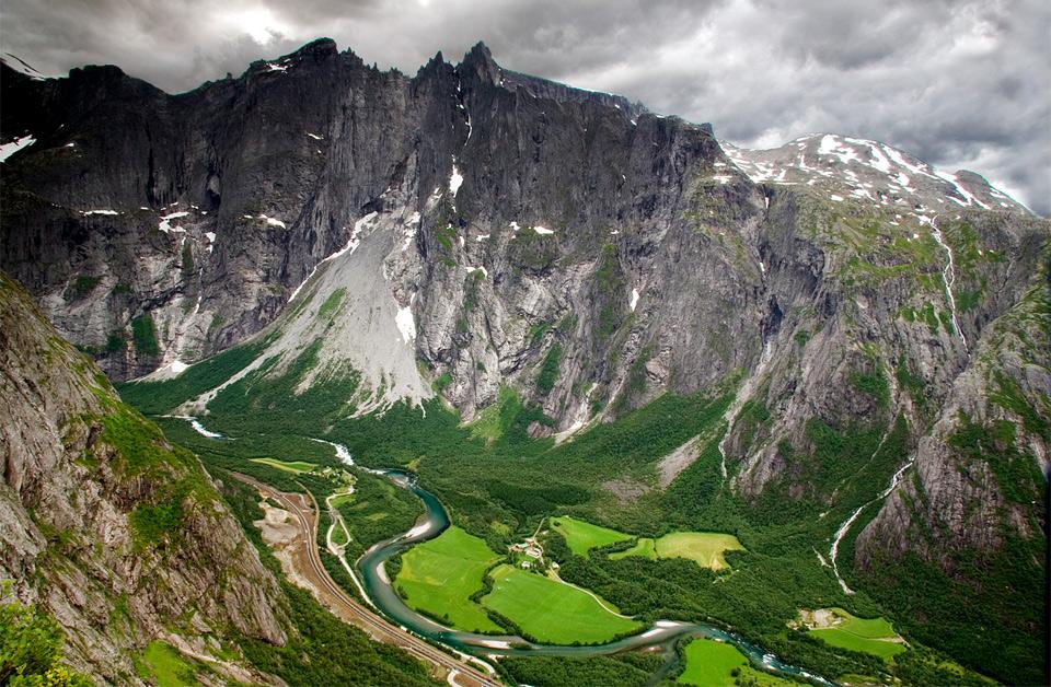 Роскошные пейзажи Норвегии Troll-wall-norway