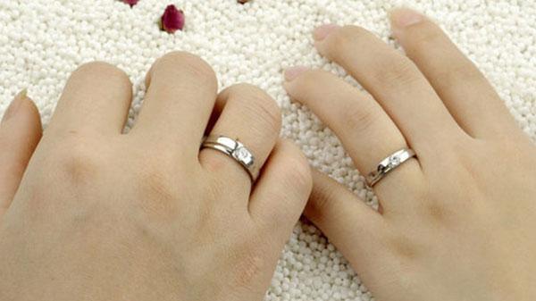 Đeo nhẫn cưới thế nào cho đúng Deo-nhan-cuoi-ngon-ap-up