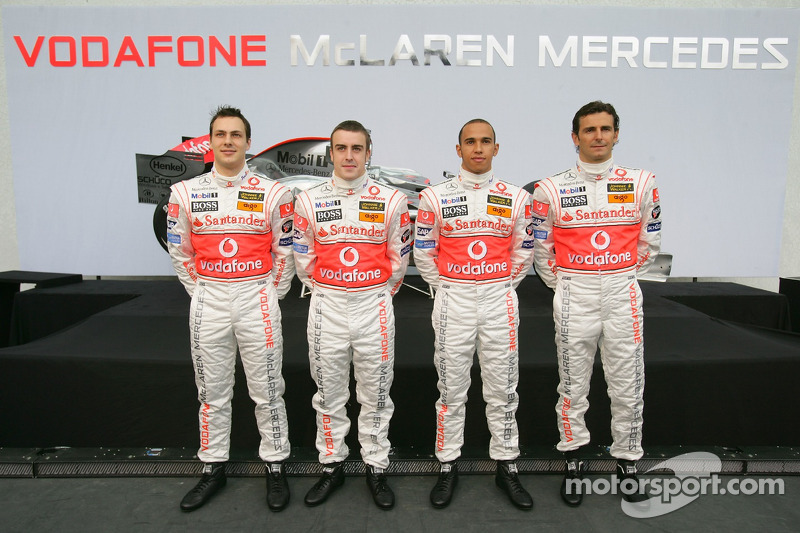 ¿Cuánto mide Lewis Hamilton? - Estatura y peso - Real height - Página 3 F1-mclaren-mercedes-mp4-22-launch-2007-gary-paffett-fernando-alonso-lewis-hamilton-and-ped