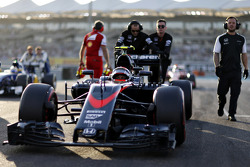 Bientôt trois moteurs par pilote pour une saison?    F1-abu-dhabi-gp-2015-jenson-button-mclaren-mp4-30