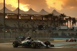 Bientôt trois moteurs par pilote pour une saison?    F1-abu-dhabi-gp-2015-nico-rosberg-mercedes-amg-f1-w06