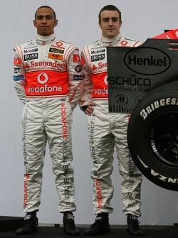 ¿Cuánto mide Lewis Hamilton? - Estatura y peso - Real height F1-mclaren-mercedes-mp4-22-launch-2007-lewis-hamilton-and-fernando-alonso