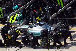 Que changerait le retour des ravitaillements? F1-chinese-gp-2015-nico-rosberg-mercedes-amg-f1-w06-makes-a-pit-stop
