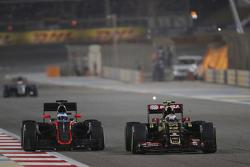 Häkkinen s'attend à plusieurs années sans victoire pour Alonso    F1-bahrain-gp-2015-fernando-alonso-mclaren-mp4-30-and-pastor-maldonado-lotus-f1-e23-battle