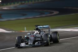 Bientôt trois moteurs par pilote pour une saison?    F1-abu-dhabi-gp-2015-lewis-hamilton-mercedes-amg-f1-w06