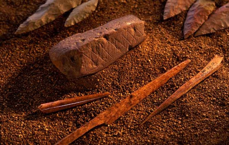 Shpella misterioze e Blombos..  Artifacts-from-Blombos-Cave