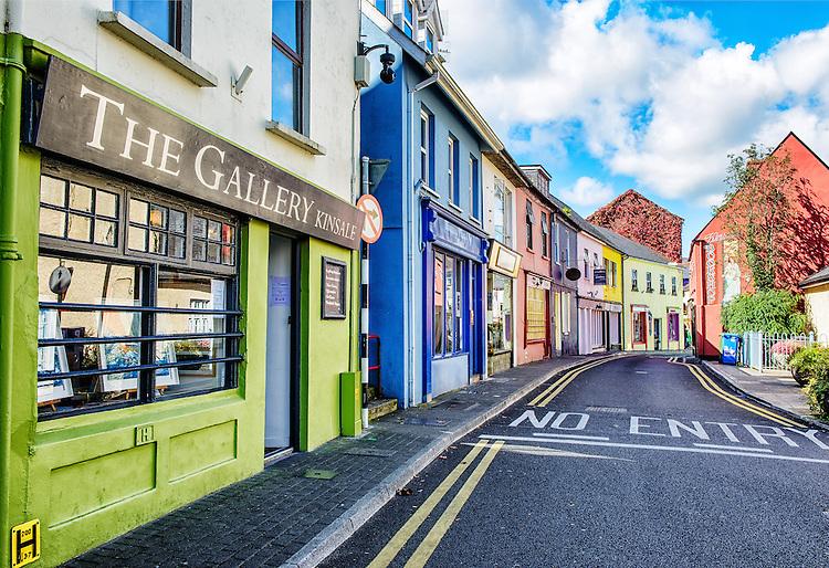 كينسالي قرية الصيد الملونة في إيرلندا Main-Street-Kinsale-Ireland