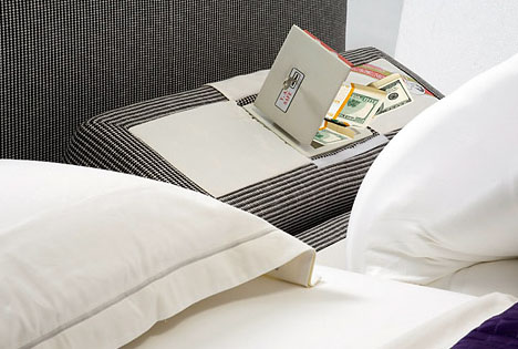 من اطرف الاشياء فى العالم طرق اخفاء النقود والاشياء بالصور Bed-pillow-hidden-safe