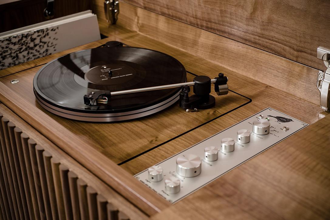 Nuevas consolas con diseño vintage Wrensilva-Standard-One-HiFi-Stereo-3