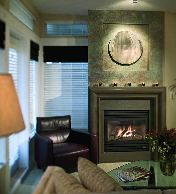 DECORACION  CHIMENEAS Y FALSAS CHIMENEAS - Página 4 Modern-fireplace-earthy-shiitake-metalwork-decor