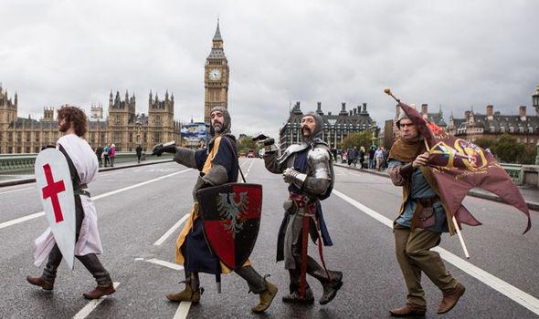 l'Avatar Globe trotter: ARME LÉGENDAIRE (jusqu'au 15/10) - Page 36 Monty-Python-characters-in-London-365539