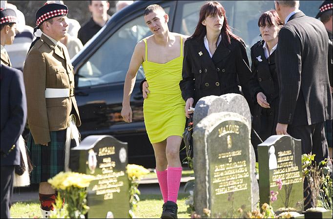 Fue vestido así a un funeral. El motivo por el que lo hizo te conmoverá Funeral-2