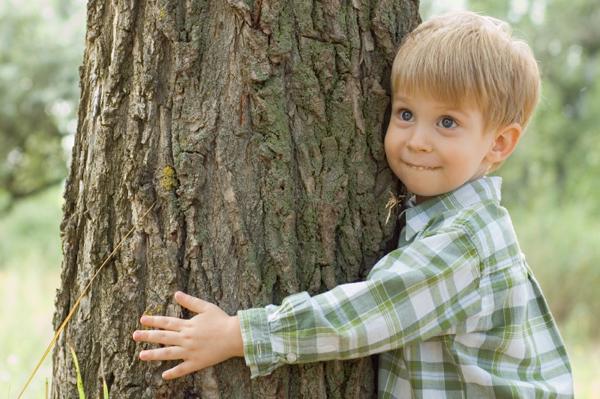 சிறுவனும் மரமும்…..! - தமிழண்ணா Boy-hugging-tree