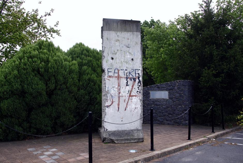 25ème anniversaire de la chute du Mur de Berlin : pans du Mur de Berlin disséminés sur la planète - Page 2 2b0ffbf91